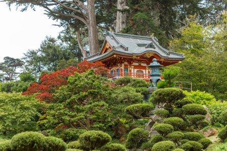 Photo pour Jardin de thé japonais avec des temples japonais traditionnels - image libre de droit