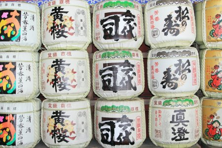 Photo pour Fûts de saké dans un temple japonais au Japon - image libre de droit