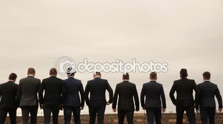 Devět mužů v oblecích s fun