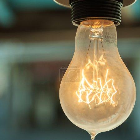 Photo pour La vieille ampoule au plafond des vieux cafés - image libre de droit