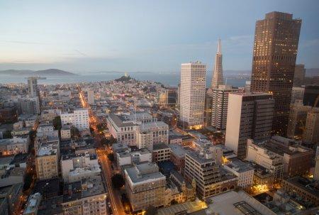 Foto de Espectaculares vistas de la ciudad y la bahía de San Francisco desde la parte superior de la ciudad de Union City en el centro de San Francisco. - Imagen libre de derechos