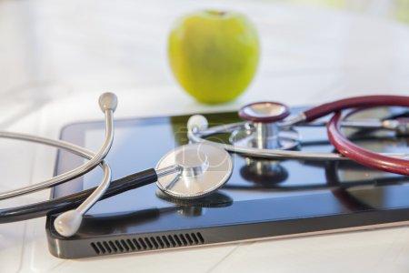 Photo pour Vert pomme, stéthoscope médical et pilule comprimé, nature morte sur le thème de l'alimentation - image libre de droit