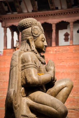Photo pour La statue du dieu hindou Garuda sur la place Basantapur Durbar à Katmandou - image libre de droit