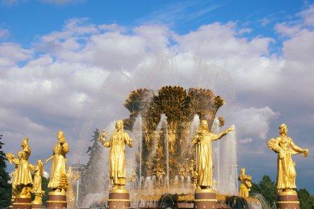 Photo pour Fontaine dite «amitié des nations» au centre d'exposition de Moscou - image libre de droit