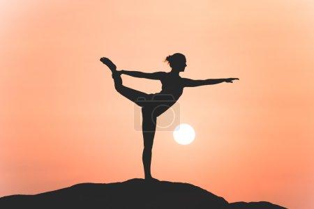 Photo pour Guerrier pose de yoga par femme silhouette sur le coucher du soleil - image libre de droit