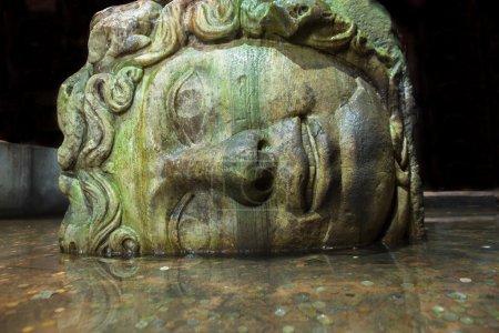 Photo pour Gorgone Méduse tête dans la citerne Basilique qui est le plus grand de plusieurs centaines de réservoirs d'eau anciens - image libre de droit