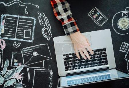 Photo pour Pose plate d'ordinateur portable sur la table de tableau. Contexte . - image libre de droit