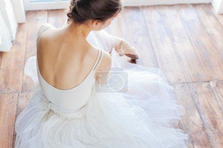 Photo pour Jeune ballerine debout sur poite à la barre en cours de ballet . - image libre de droit