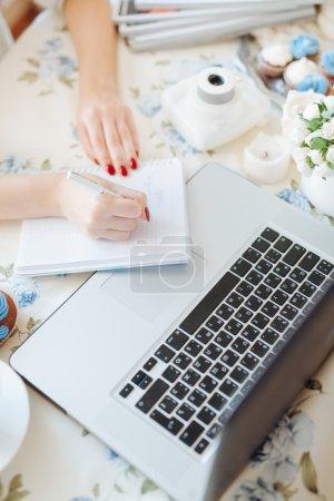 Photo pour Gros plan d'une femme mains occupées à taper sur un ordinateur portable . - image libre de droit