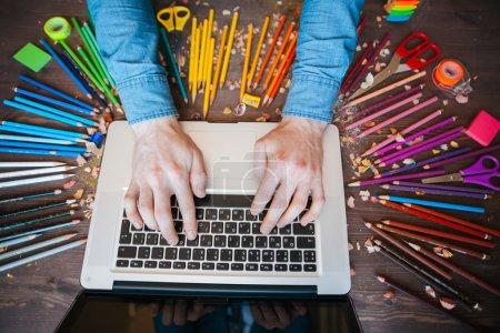 Photo pour Graphiste au travail. Échantillons de nuance de couleur - image libre de droit