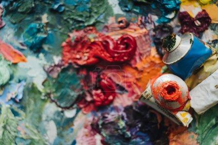 Photo pour Pinceaux d'artistes et peintures à l'huile sur palette bois . - image libre de droit