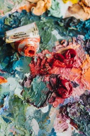 Photo pour Pinceaux d'artistes et de peintures à l'huile sur la palette en bois. - image libre de droit
