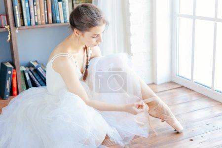 danseuse attachant pantoufles autour de sa pointe de ballerine femme cheville