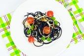 Černé špagety s inkoustem sépie, rajčaty a bazalkou. Mediterra
