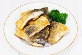 Grilované ryby na bílé desce