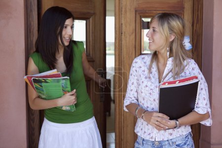 Photo pour Les adolescents qui vont à l'école depuis leur domicile - image libre de droit