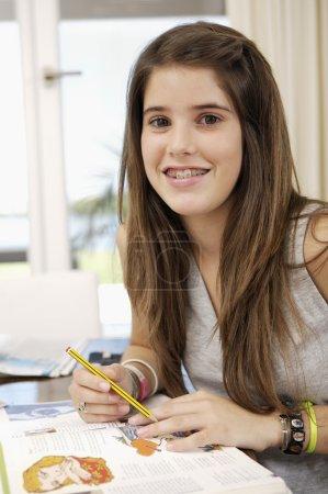 Photo pour Adolescent faisant ses devoirs à la maison - image libre de droit