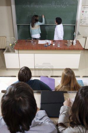 Foto de Estudiantes de química en el aula - Imagen libre de derechos