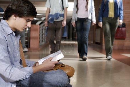 Photo pour Groupe d'élèves adolescents dans le couloir scolaire - image libre de droit