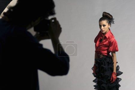 Photo pour Beau modèle de prise de vue en Studio de photographe - image libre de droit