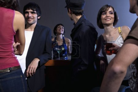 Photo pour Groupe de jeunes se détendre et socialiser dans le bar - image libre de droit