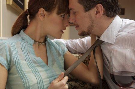 Photo pour Jeune marié couple s'embrassant dans restaurant de luxe - image libre de droit