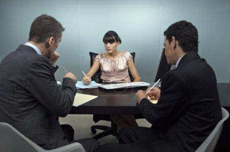 Photo pour Partenaires d'affaires intelligent travaux réunion dans le Bureau de la planification - image libre de droit