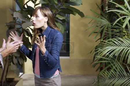 Photo pour Malheureuse femme se disputant à l'intérieur - image libre de droit