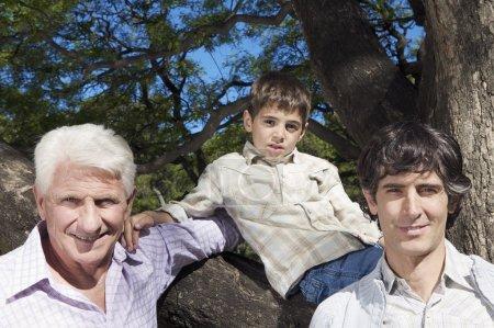 Foto de Abuelo Padre y niño, tiempo de familia feliz - Imagen libre de derechos