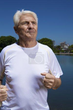 Foto de Macho adulto haciendo ejercicio en cielo azul bckground - Imagen libre de derechos