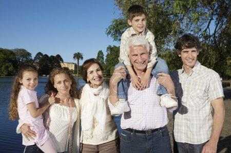 Photo pour Bonne grande famille au parc, grands-parents, parents et enfants au parc - image libre de droit