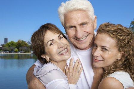 Foto de Mujer de Hacéte feliz pareja abuelos al aire libre en el Parque - Imagen libre de derechos