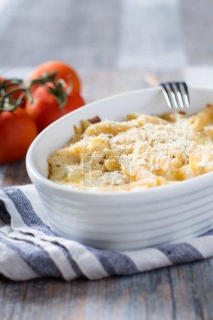 Photo pour Mac et le fromage dans un bol blanc sur table - image libre de droit