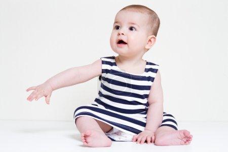 Photo pour Bébé fille couché sur le sol souriant, jouer, regarder - image libre de droit