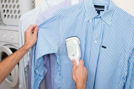 Photo pour Homme fumant une chemise - image libre de droit