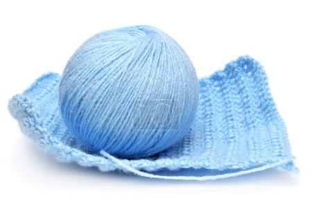 Photo pour Boule bleue de fil et textile tricoté isolé sur fond blanc - image libre de droit