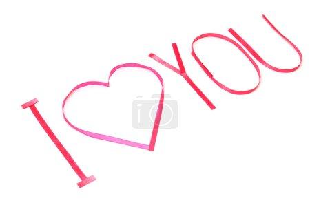 Photo pour Je t'aime. Coeur rose de ruban de satin Saint Valentin isolé sur fond blanc - image libre de droit