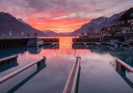 Photo pour Coucher de soleil au lac Brienz en Suisse à travers le point de vue de la jetée - image libre de droit