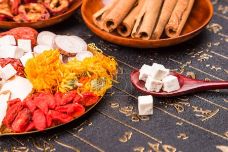 Photo pour Herbes traditionnelles chinoises ou médecine close up - image libre de droit