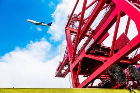 Photo pour Flèche grue camion rouge avec crochets et poids de la balance au-dessus du ciel bleu - image libre de droit