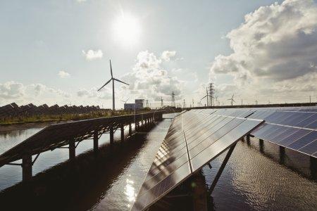 Foto de Central eléctrica que utiliza energía solar renovable con - Imagen libre de derechos