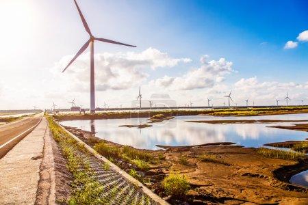 Photo pour Turbines éoliennes dans la mer - image libre de droit