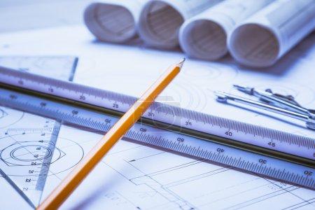 Photo pour Plans architecturaux et rouleaux de plan et instruments de dessin sur la table de travail - image libre de droit