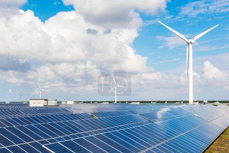 Foto de Turbinas eólicas y paneles solares. Energía verde - Imagen libre de derechos