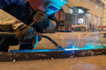 Photo pour Soudeur et étincelles brillantes. Production et construction - image libre de droit