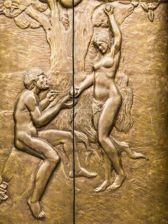 Photo pour Cuivre de haut relief représentant Eve offrant à Adam le fruit interdit . - image libre de droit