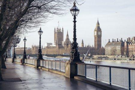 Photo pour Tôt le matin dans le centre de Londres avec sentier pédestre, Big Ben et chambres du Parlement - Londres - image libre de droit