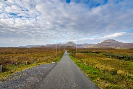 Photo pour Autoroute droite sur les Highlands écossais, Écosse - image libre de droit