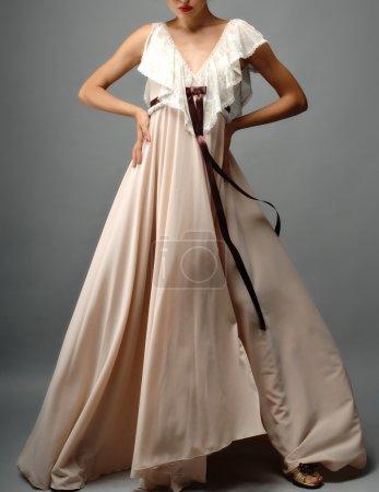 Photo pour Femme élégante en robe de mode de luxe - image libre de droit