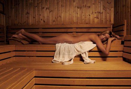 Photo pour Femme se détendre dans le sauna - image libre de droit